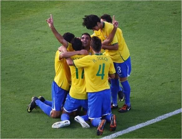 """Os """"Fraldinhas"""" comemorando um dos cinco gols. fonte: fifa.com"""