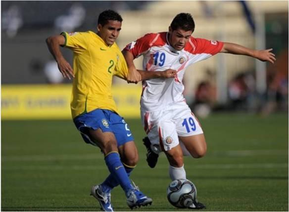 Um bom lateral Douglas do Goiás, roubando a bola do costa riquenho. fonte: fifa.com