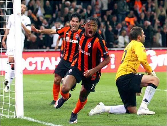 Olho neles!! Nessa foto, Luiz Adriano (ex-colorado) e Ilsinho (ex-São Paulo) comemoram um dos gols..