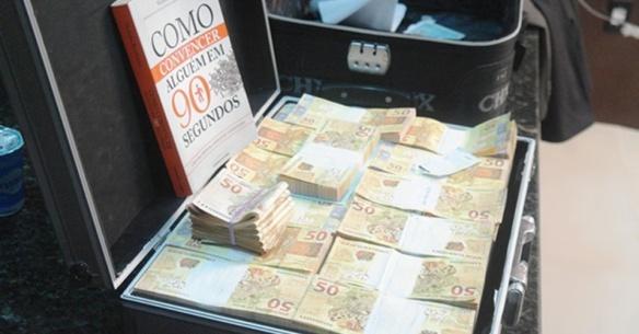 26mar2014---a-policia-do-piaui-prendeu-dois-homens-que-carregavam-uma-mala-de-dinheiro-falso-em-teresina-1395858743219_956x500