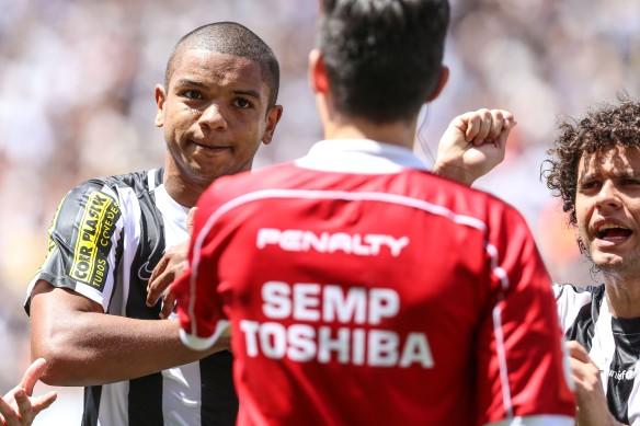 SP - BRASILEIRÃO/CORINTHIANS X SANTOS - ESPORTES - O zagueiro David Braz, do Santos, reclama após ter sido expulso da partida contra o   Corinthians, realizada na Arena Corinthians, em Itaquera, na zona leste de São Paulo,   pela 27ª rodada do Campeonato Brasileiro, neste domingo (20). O Corinthians venceu por 2   a 0.    20/09/2015 - Foto: WILLIAM VOLCOV/BRAZIL PHOTO PRESS/ESTADÃO CONTEÚDO