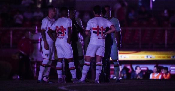 jogadores-do-sao-paulo-conversam-enquanto-aguardam-a-volta-da-energia-eletrica-no-estadio-do-morumbi-para-o-confronto-com-o-santos-pela-copa-do-brasil-1445474384416_956x500